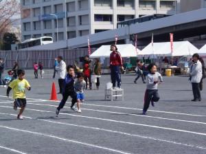 市民球場跡地でかけっこをする子供たち
