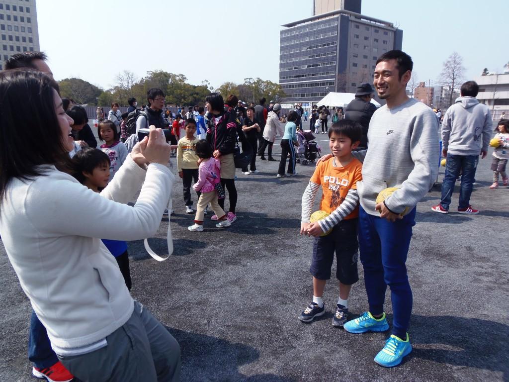 為末大さん、球場跡地で子供と記念写真