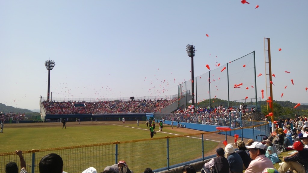 三原市民球場、七回に風船