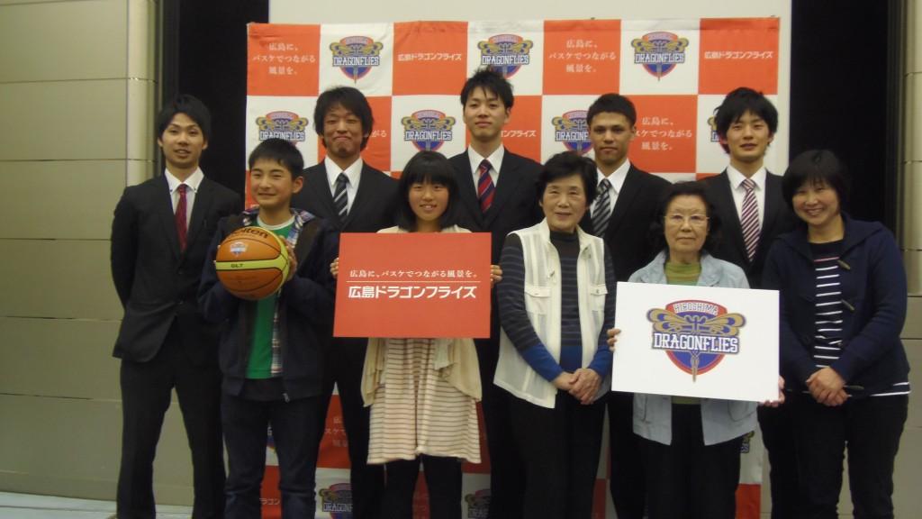 広島ドラゴンフライズ選手とファン集合写真