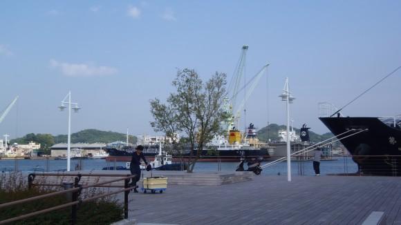 向島方面と船の風景