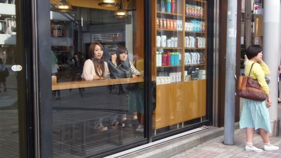 広島パルコ前のカフェの女子