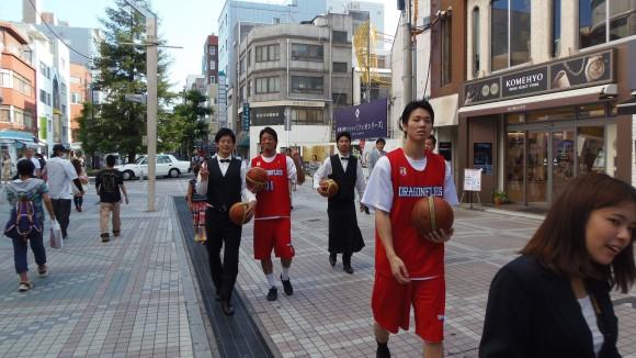 並木通りから歩いてやってくるドラゴンフライズの4人