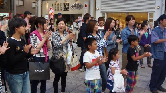 広島ドラゴンフライズに拍手、パルコ前の風景