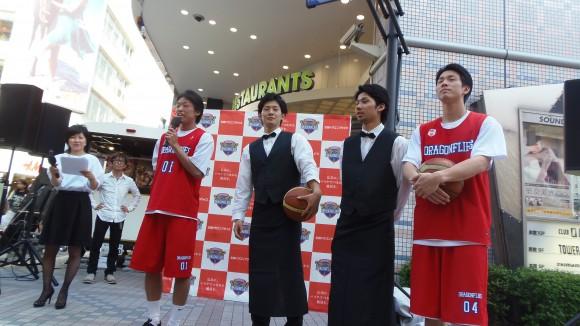 パルコ前、広島ドラゴンフライズの4選手
