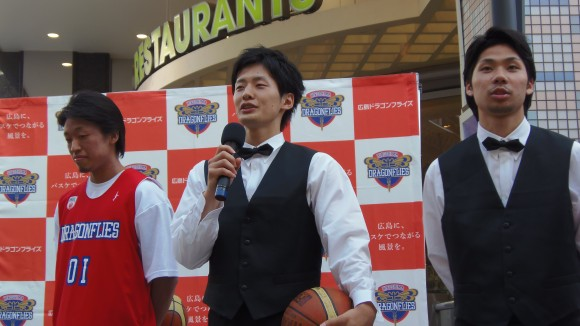 広島パルコ前であいさつするドラゴンフライズ岡崎選手