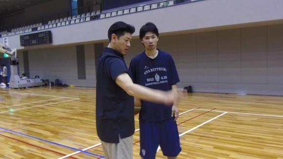 佐古賢一ヘッドコーチから指導を受ける北川選手