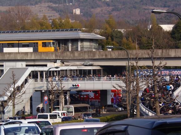 試合後、混雑する広域公園前駅