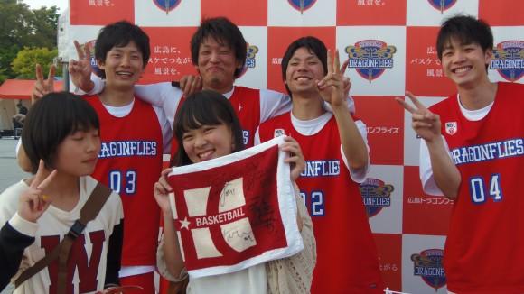広島ドラゴンフライズ4選手とファン笑顔