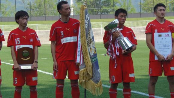 優勝旗などを持つSRC広島イレブン