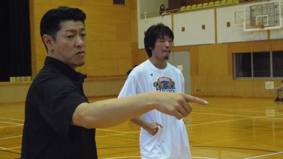 合宿で柳川選手に指導する佐古賢一ヘッドコーチ