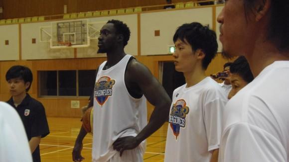 ドラゴンフライズの岡崎選手と新外国人選手
