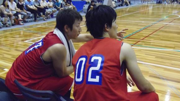 試合中、岡崎に助言する仲摩匠平
