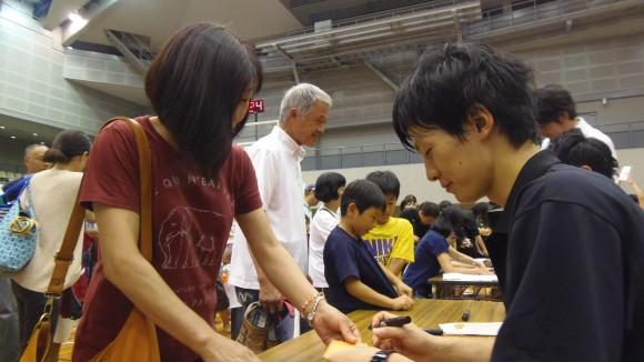 プレマッチ後にサインする岡崎選手