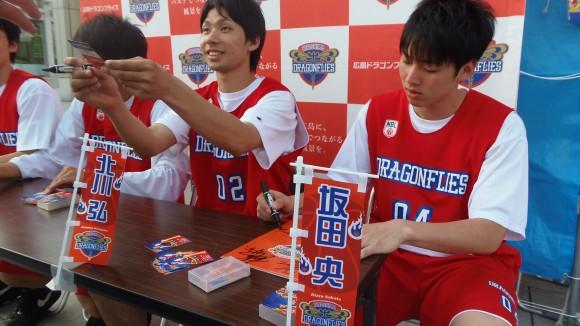 ファンにサインする柳川選手