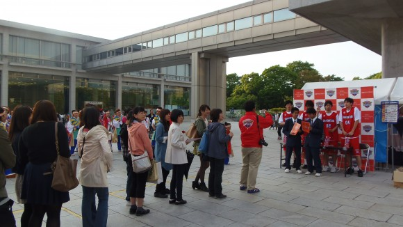 広島ドラゴンフライズのサインに並ぶファン、フラワーF