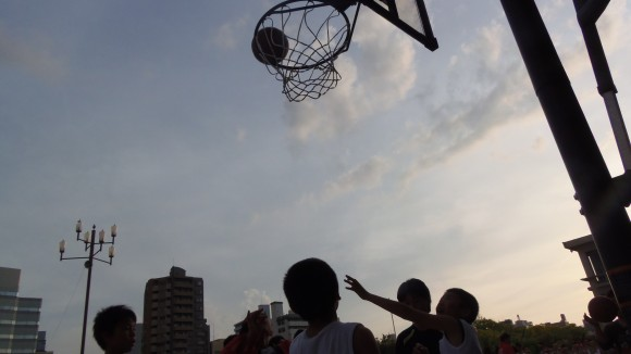 平和記念公園のバスケリング逆光