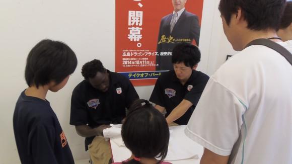 広島ドラゴンフライズショップ内でサイン会