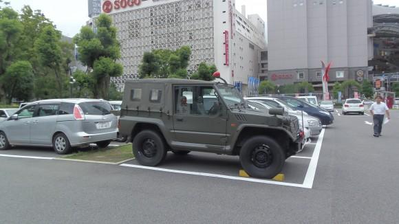 県庁駐車場のジープ