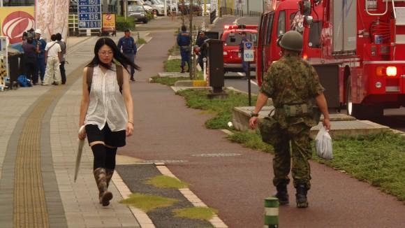 自衛隊員と女性がすれ違う、八木地区