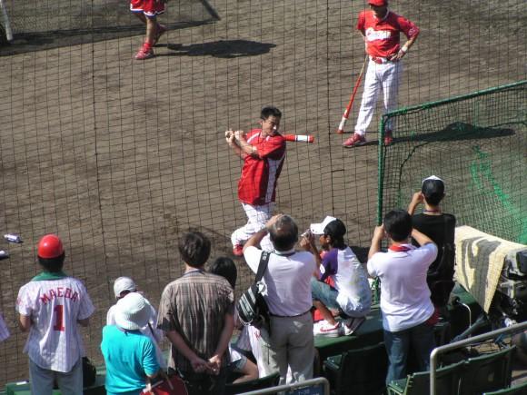 旧広島市民球場でティーをする前田