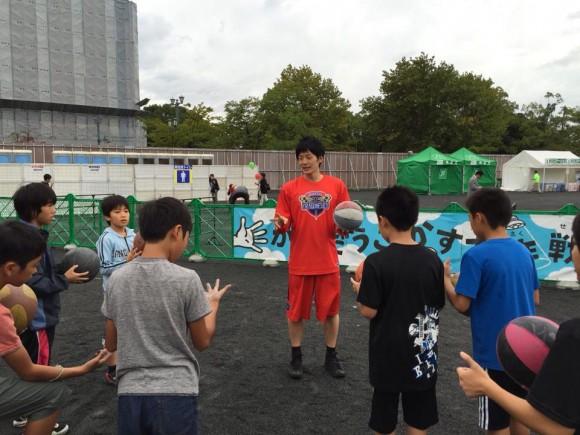 旧広島市民球場跡地で子どもたちに教える岡崎選手