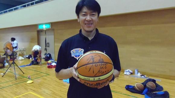 サインボールを持つ佐古賢一ヘッドコーチ