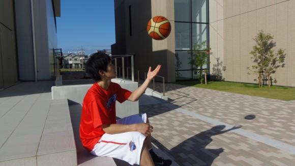 岡崎修司選手ボールで遊ぶ