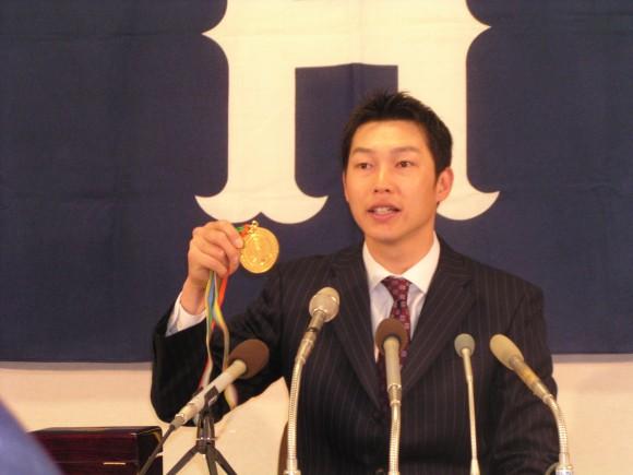 WBC金メダルをかざす新井貴2006年3月24日