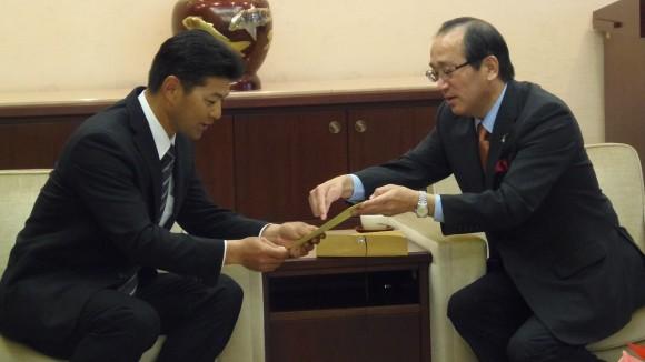 手描き色紙を松井市長から受け取る緒方監督