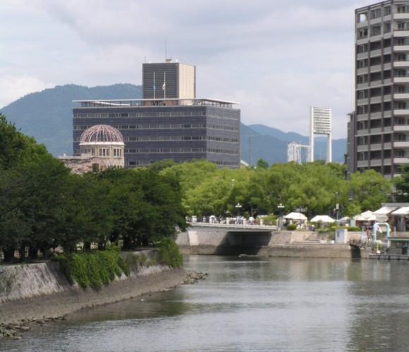旧広島市民球場と原爆ドーム