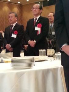 サンフレ感謝の夕べで久保回会長の話を聞く松井市長
