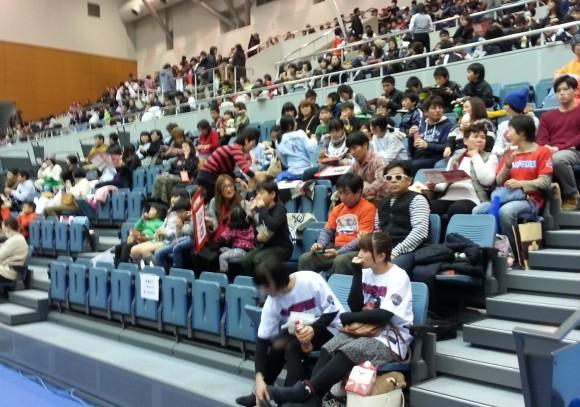 試合前から大入りの呉市総合体育館