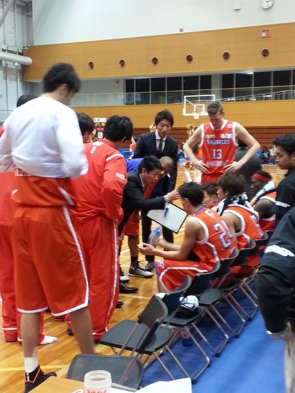 呉市総合体育館で指示を与える佐古賢一ヘッドコーチ