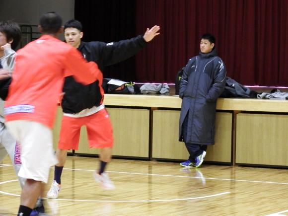 準決勝前日、田中を見る佐古賢一ヘッドコーチ