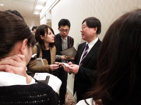 出馬表明の小谷野社長は記者に囲まれる