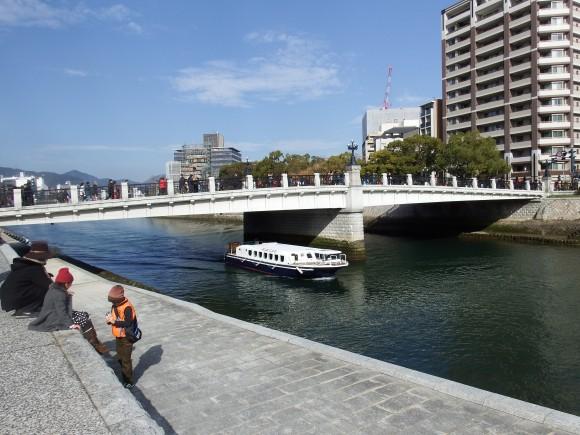 元安橋と原爆ドーム2015年1月18日