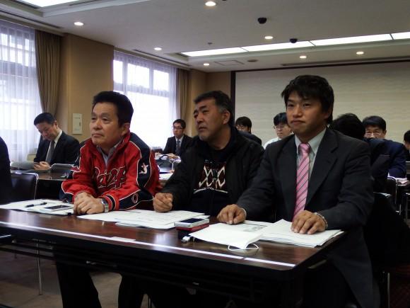 特別委員会を傍聴する新藤会長2015年1月28日