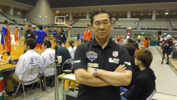 広島ドラゴンフライズの試合の合間にポーズする寛田先生
