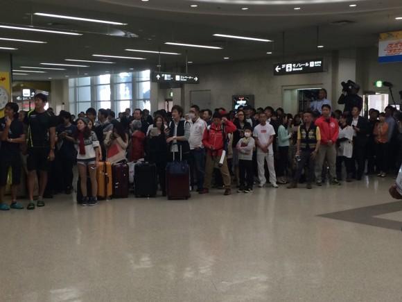 黒田到着、那覇空港のファン