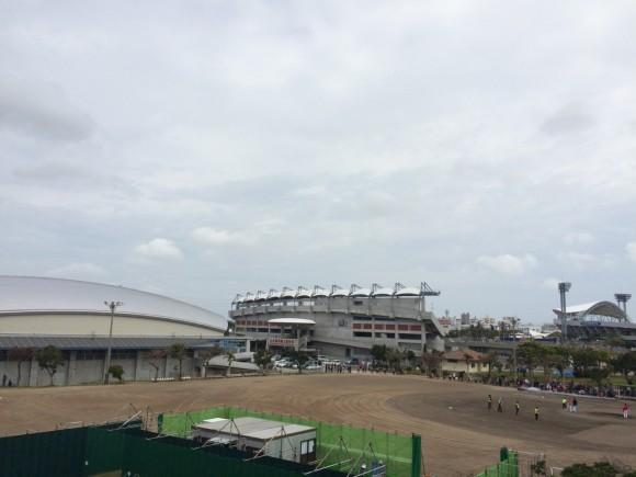 曇り空のコザしんきんスタジアム