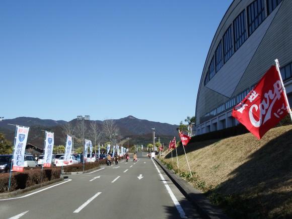 東光寺に広島と横浜FC旗