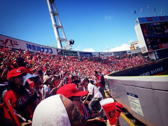 赤く染まった横浜スタジアム