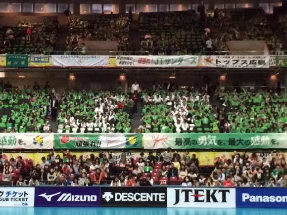バレーボールのプレミアリーグ男子決勝が4月5日、東京体育館で行われ、レギュラーシーズン1位のJTが3―0で同2位のサントリーを下して旧日本リーグ時代を通じて初優勝を果たした。1931年に、大蔵省広島専売局排球部として創部された同部は、1972年ミュンヘン五輪で日本の金メダル獲得に貢献した名セッターの故猫田勝敏氏ら多くの名選手を輩出してきた名門だが、下部への降格が一度もないのと同時に優勝にも手が届かないままだった。