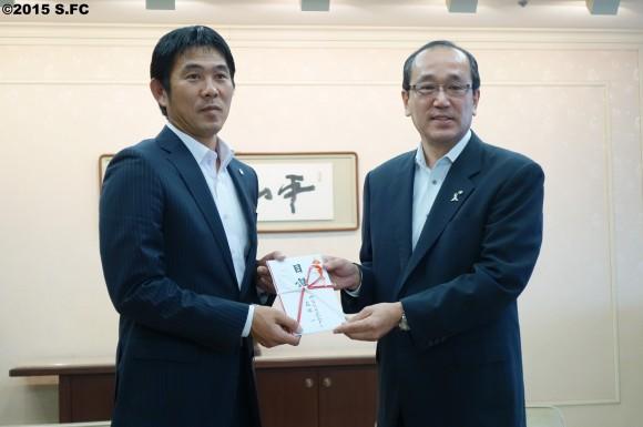 森保監督、松井市長に義援金