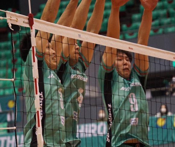 深津選手、中島選手、新井選手の3枚ブロック